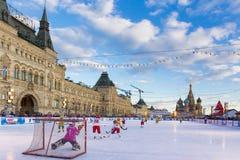 莫斯科,俄罗斯- 2016年2月27日:在红场的冬天视图有胶的和冰鞋溜冰对负孩子的地方 库存照片