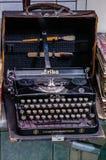 莫斯科,俄罗斯- 2017年3月19日:在老破旧的旅行手提箱的葡萄酒打字机在收藏家项目市场  免版税库存照片