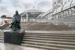 莫斯科,俄罗斯- 2016年11月27日:对Dmitri萧斯塔科维奇的纪念碑在音乐莫斯科实习生莫斯科国际议院的前面的  免版税库存照片