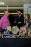 莫斯科,俄罗斯- 2017年3月19日:小组三个古董商谈论成交在收藏家项目市场  图库摄影