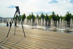 莫斯科,俄罗斯- 2016年6月14日:摄影师的三脚架在公园Muzeon 免版税图库摄影