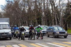 莫斯科,俄罗斯- 2016年4月23日:摩托车骑士和汽车 图库摄影