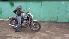 莫斯科,俄罗斯- 2017年5月21日:摩托车骑士在旅行前检查摩托车 股票视频