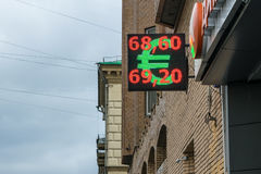 莫斯科,俄罗斯- 2016年11月27日:显示欧元和卢布的街道显示货币汇率 库存图片