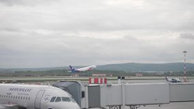 莫斯科,俄罗斯2017年6月5日:机场,在起飞,风景的飞机 飞机离开 股票录像