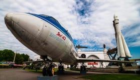 莫斯科,俄罗斯- 2009年5月20日:火箭沃斯托克和飞机雅克-42模型在VDNKh的 库存照片