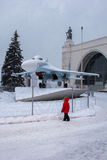 莫斯科,俄罗斯- 2016年11月15日:看苏-27飞机a的女孩 库存照片