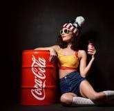 莫斯科,俄罗斯- 2016年1月13日:美丽的妇女饮用的可口可乐 免版税库存图片