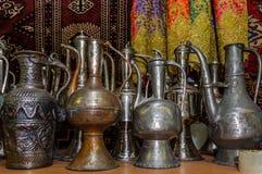 莫斯科,俄罗斯- 2017年3月19日:老传统东方黄铜花瓶和水罐在义卖市场 免版税图库摄影