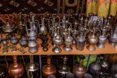 莫斯科,俄罗斯- 2017年3月19日:老传统东方黄铜花瓶和水罐在义卖市场 图库摄影