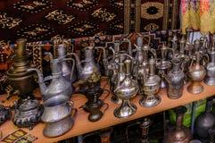 莫斯科,俄罗斯- 2017年3月19日:老传统东方黄铜花瓶和水罐在义卖市场 免版税库存照片
