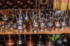 莫斯科,俄罗斯- 2017年3月19日:老传统东方黄铜花瓶和水罐在义卖市场 库存照片
