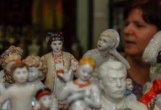 莫斯科,俄罗斯- 2017年3月19日:老古色古香的瓷和陶瓷图待售在跳蚤市场上 选择聚焦 免版税图库摄影