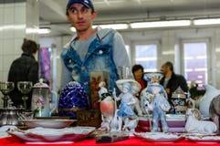 莫斯科,俄罗斯- 2017年3月19日:老古色古香的瓷和陶瓷图待售在跳蚤市场上 选择聚焦 库存照片