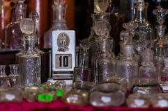 莫斯科,俄罗斯- 2017年3月19日:老机械万年历在葡萄酒中的古董店柜台站立 库存照片