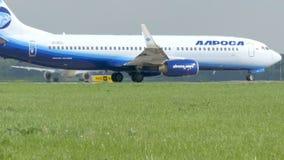莫斯科,俄罗斯2017年5月30日:航空器的运动在跑道的 班机在离开前做回旋 等待 股票录像