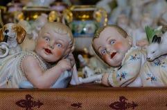 莫斯科,俄罗斯- 2017年3月19日:葡萄酒汇集维多利亚女王时代的时代的红润男孩和女孩瓷小雕象  库存图片