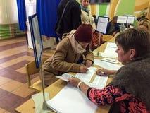 莫斯科,俄罗斯- 2016年9月18日:选民接受一张选票 库存图片