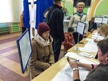 莫斯科,俄罗斯- 2016年9月18日:选民接受一张选票 免版税库存图片