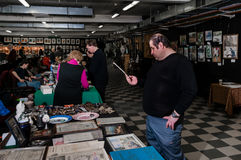 莫斯科,俄罗斯- 2017年3月19日:陈列室是与很多罕见的古董, collectibles项目的一个报道的古色古香的市场 免版税库存照片