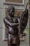 莫斯科,俄罗斯- 2017年3月19日:非洲土人战士或猎人雕象与矛,盾和传统 库存照片