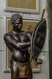 莫斯科,俄罗斯- 2017年3月19日:非洲土人战士或猎人雕象与矛,盾和传统 免版税库存图片