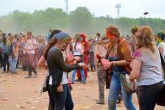 莫斯科,俄罗斯- 2015年5月23日:颜色Holi节日在Luzhniki体育场内 这费斯特根在印度,它叫H 库存图片
