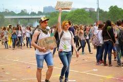 莫斯科,俄罗斯- 2015年5月23日:颜色Holi节日在Luzhniki体育场内 这费斯特根在印度,它叫H 免版税库存照片
