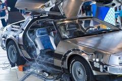 莫斯科,俄罗斯- 2017年5月1日:A replicathe照片回到未来DeLorean,一最著名的吸引力 库存图片