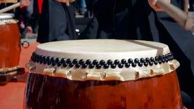 莫斯科,俄罗斯- 2016年4月24日:Hinode费斯特在莫斯科 音乐家鼓手戏剧taiko打鼓储daiko户外 文化 股票录像