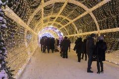莫斯科,俄罗斯- 2015年1月17日 一个发光的圣诞节隧道长期是在Tverskoy大道的150米 库存照片