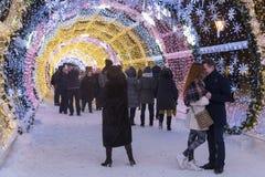 莫斯科,俄罗斯- 2015年1月17日 一个发光的圣诞节隧道长期是在Tverskoy大道的150米 免版税库存图片