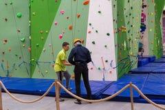 莫斯科,俄罗斯- 2016年8月30日 上升的墙壁的青少年和辅导员在商业区Zelenopark 库存照片