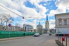 莫斯科,俄罗斯- 2016年3月14日 上生教会在紫花豌豆的 库存照片