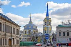 莫斯科,俄罗斯- 2016年3月14日 上生教会在紫花豌豆的 免版税库存图片