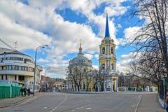 莫斯科,俄罗斯- 2016年3月14日 上生教会在紫花豌豆的 免版税库存照片