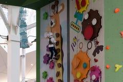 莫斯科,俄罗斯- 2016年8月30日 在商业区Zelenopark的儿童的上升的墙壁 免版税库存图片