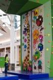 莫斯科,俄罗斯- 2016年8月30日 在商业区Zelenopark的儿童的上升的墙壁 免版税库存照片