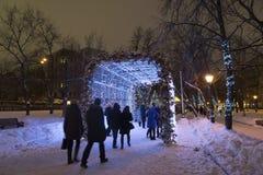 莫斯科,俄罗斯- 2015年1月17日 在Tverskoy大道的一个发光的圣诞节隧道 库存图片