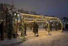 莫斯科,俄罗斯- 2015年1月17日 在Tverskoy大道的一个发光的圣诞节隧道 库存照片