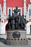 莫斯科,俄罗斯- 2016年3月14日 对俄国铁路的创建者的纪念碑在Kazansky驻地背景的  免版税库存照片