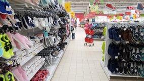 莫斯科,俄罗斯4月21日 2018年 鞋子销售在欧尚商店 影视素材
