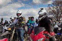 莫斯科,俄罗斯- 2016年4月23日 摩托车骑士打开春天s 库存图片