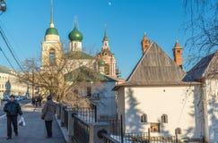 莫斯科,俄罗斯- 2016年2月18日 有许多古庙的历史的街道蛮子 免版税库存照片