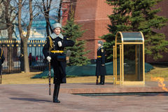 莫斯科,俄罗斯- 3月18日 仪仗队在无名英雄墓的莫斯科在亚历山大公园 库存照片