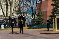 莫斯科,俄罗斯- 3月18日 仪仗队在无名英雄墓的莫斯科在亚历山大公园 库存图片