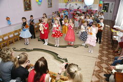 莫斯科,俄罗斯4月17日2014年:跳舞和使用在kindergarte的一个党期间的孩子 库存图片