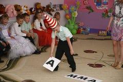 莫斯科,俄罗斯4月17日2014年:跳舞和使用在kindergarte的一个党期间的孩子 免版税库存照片
