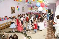 莫斯科,俄罗斯4月17日2014年:跳舞和使用在kindergarte的一个党期间的孩子 库存照片