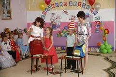 莫斯科,俄罗斯4月17日2014年:跳舞和使用在kindergarte的一个党期间的孩子 免版税库存图片